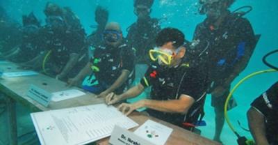 Underwater Cabinet Meeting_nasheed