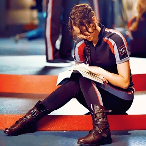 jennifer-lawrence-reading-hunger-games